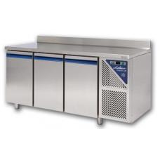 Aukstais galds ar trīs durvīm un saldētavu
